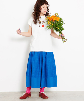 目が覚めるようなブルーのスカートには、ピンクのソックスとレッドの靴をトッピング。意外性のあるカラーブロックが、スカートスタイルを新鮮に導きます。