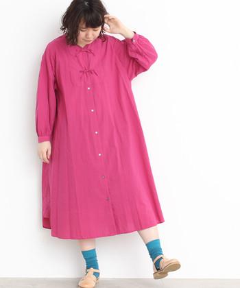 糖度高めのピンクのワンピースは、ブルーのソックスでハズしをプラス!