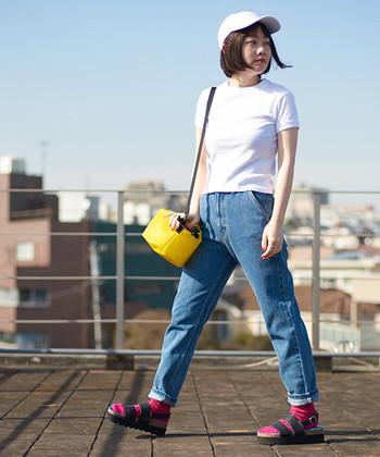 いたってシンプルな、白Tシャツとデニムの着こなし。イエローのバッグとピンクのソックスを投入すれば、フレッシュな垢抜けスタイルにチェンジします。