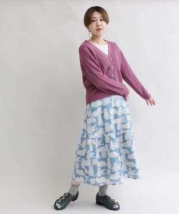 ガーリーに転びがちなカーディガンとフレアスカートの着こなしも、ノーブルな配色で大人っぽく昇華!
