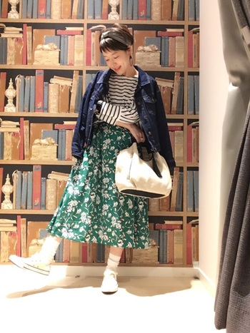鮮やかなグリーンの花柄スカートとボーダートップスの組み合わせ。小物を、スカートにもプルオーバーにも入っているホワイト系にすることで調和が生まれ、くどさのない爽やかなルックが完成します。