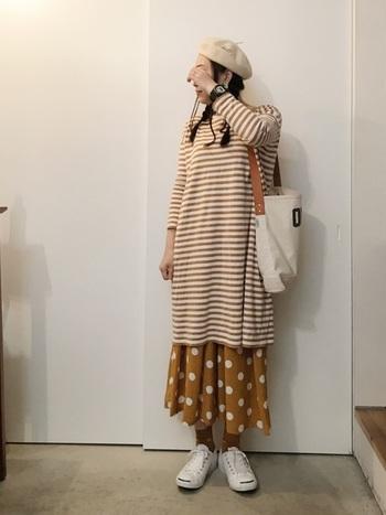 ホワイトとキャメルのみを使い、こっくり&さっぱりなカジュアルルックに。ワンピースとロングスカートでつくる、今っぽい長×長バランスにもご注目♪