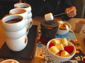 「クラシックヨーロピアン」は、フルーツやクッキー、マシュマロのチョコレートフォンデュ。マシュマロは自分で炙って、好みの加減の焼きマシュマロにすることができます。チョコレートは、ミルク・ダーク・ホワイトの中から2種類セレクト。さらに自家製キャラメルフィーソースの3つの味を楽しめます。