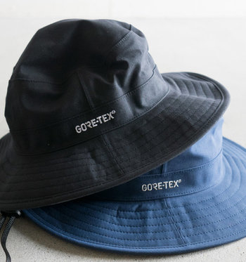 コットン素材のような見た目ですが、実は撥水性や通気性に優れた「GORE-TEX社」のナイロン素材を使用。被り心地も軽くて快適です。「GORE-TEX」のロゴ刺繍は、ファンならずとも欲しくなってしまう可愛さ♪