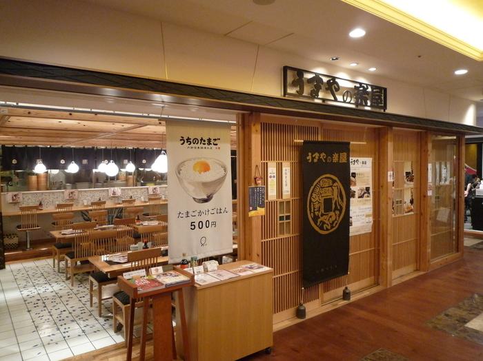 九州料理がいただける「うまやの楽屋」は、6階のレストランフロアにあります。お店のディレクションを手掛けたのは、スーパー歌舞伎や復活狂言などで活躍されている三代目市川猿之助さん。開放的な和モダンの雰囲気で入りやすそうですね。