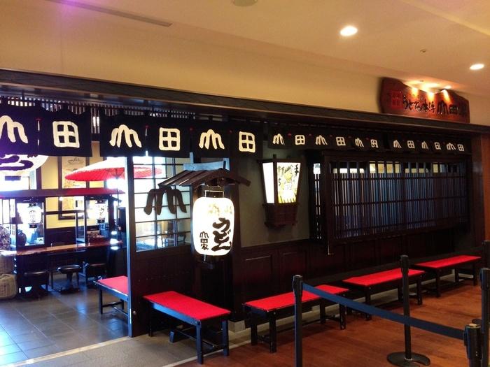 1日4,000人ものお客さんが行列を作るという、四国・高松のうどん店「うどん本陣 山田家」の味が、ソラマチでいただけます。多くのレストランが並ぶ6階フロアで、ぱっと目をひく江戸時代の雰囲気が漂う民芸調の外観が目印。