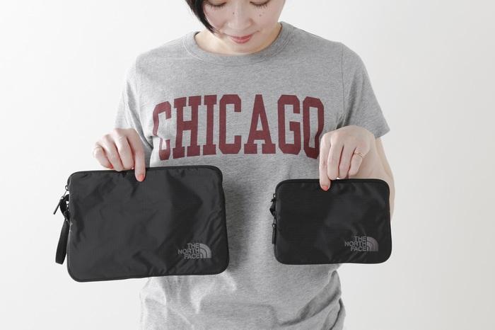 大きめのバッグや縦長のリュックは中で荷物が散らかりがちに…。大きさの異なるポーチをいくつか使い分けると整理整頓しやすいだけでなく取り出しやすくておすすめです。  「THE NORTH FACE(ノースフェイス)」のグラムエクスパンドキットポーチは、開閉式のマチ付きで荷物に合わせて容量を変えられる優れもの。ポーチを持ち運ぶのに便利なキャリーハンドルも付いています。
