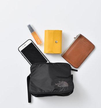 Sサイズは、携帯、財布、カード入れなど貴重品を入れるのに最適なサイズ感。