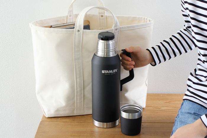 世界中で愛される魔法瓶を100年以上にわたり生み出し続ける「STANLEY(スタンレー)」。スタンレー史上最も優れた保温機能と耐久性を備えた「マスターシリーズ」の真空ボトルです。レジャー、ピクニックだけでなくオフィスでのコーヒーブレイクにもぴったりの0.75Lタイプと、大人数でのアウトドアシーンにも大活躍する1.3Lタイプの2種類から選べます。