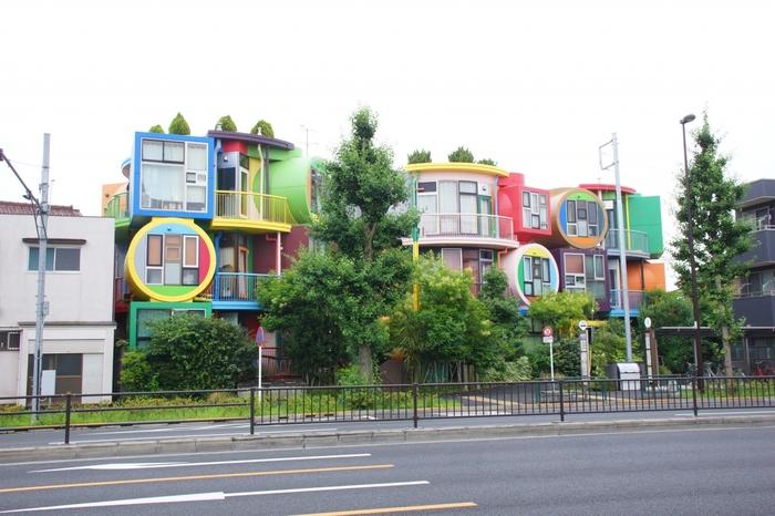 東京都三鷹市、東八道路沿いに建つこの建物を一度目にした人は、「なんだろう?」と気になっていることと思います。今、この画像を見て「なにこれ?」と思う方もいますね。実はこちら、3LDKや2LDKのお部屋が9戸集まっている住宅なのです。荒川修作+マドリン・ギンズによるアート空間「死なないための住宅」です。