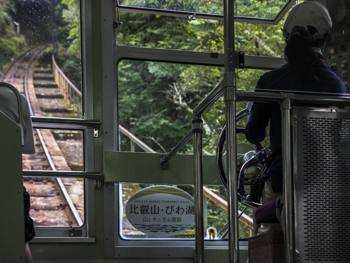 瑠璃光院から徒歩10分ほどの場所にある「ケーブル八瀬駅」。県境を超え、滋賀県の比叡山までを約9分ほどで結ぶケーブルカー「叡山ケーブル」にはここから乗車できます。琵琶湖まで広がる眺望を楽しみたい方は、さらにロープウェイに乗り替えて比叡山の頂上まで足を伸ばしてみては?