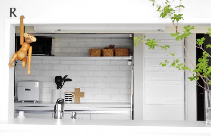 キッチンには耐陰性がある植物を選ぶと育てやすいです。高さがあるものや上にどんどん伸びていくものは、狭いキッチンで邪魔になってしまうので、ツル状の垂れ下がる植物をカウンターや窓際などに置くとかわいらしくておすすめです。