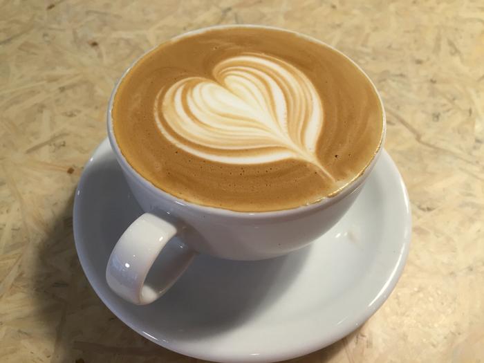 ちょっとコーヒーの苦味にはまだ慣れないという方や、甘めが好きという方におすすめなのがこちらの「カフェラテ」。他にも、エスプレッソなどのメニューも豊富にありますので、味に迷ったらお店の方に相談してお気に入りの一杯を見つけましょう。