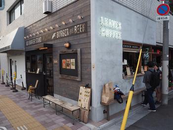蔵前駅から徒歩1分のところにある「LEAVES COFFEE APARTMENT(リーヴス コーヒーアパートメント)」は、バーガー店に併設されたコーヒースタンド。人気の下町の雰囲気を楽しみながら、ほっと一息気軽に立ち寄れるのが魅力です。