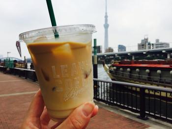 カフェラテなどのメニューももちろんあります。お好みのコーヒーをテイクアウトして、下町歩きを楽しみましょう。