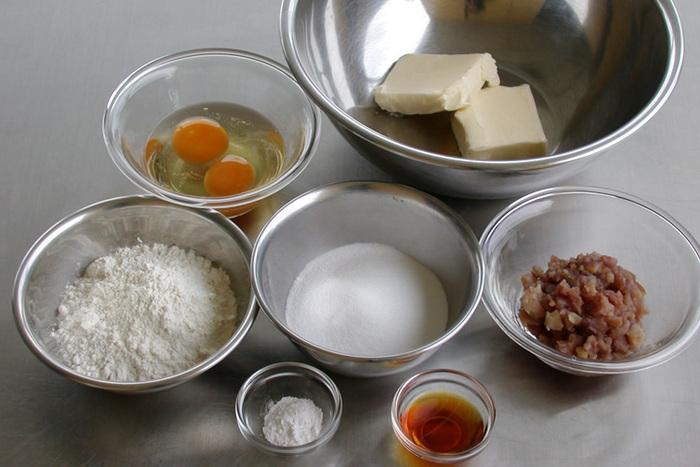パウンドケーキを美味しく焼くには4つのポイントがあります。  1.卵とバターは必ず常温に戻すこと。 2.バターが白くふんわりするまで混ぜること。 3.卵は一気に入れず少しずつ混ぜること。 4.粉を入れたら練りすぎないこと。  混ぜるだけ…と言いつつも、以上のことを守らないと中身が分離したり、うまく膨らまなかったりと失敗のもとに。  上記のポイントを意識しながら、丁寧に作りましょうね。