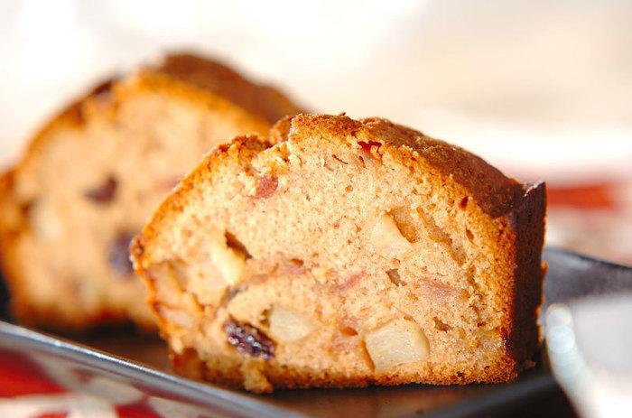 シナモンのスパイスが効いたリンゴのパウンドケーキのレシピです。 シナモンの量はお好みで調整して、自分のベストバランスを見つけてくださいね♪
