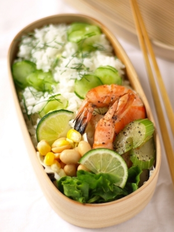 夏野菜を使った混ぜご飯のおすすめポイントは、まず不足しがちな栄養が補えるということ。それから、生のまま使える野菜も多く調理が簡単だということ。さらに、さっぱりとした食べやすさは冷めてもおいしいということ。お弁当に入れても色鮮やかに映えますね。 ダルいな~、面倒臭いな~、今日の料理は何しよう?と、そんな時こそ、混ぜご飯レシピを思い出してみてください。