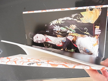 そんな彼のユーモラスで大胆なテクニックは、モダンアートの先駆けとして、日本においても篠山紀信などの名だたる芸術家に影響を与えています。