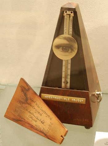 マン・レイが50年間に渡り、少しタイトルを変更しながら数多くのレプリカ制作に励んだことで知られるこの作品。メトロノームの振り子部分に、かつての恋人の目の写真が貼りつけられています。