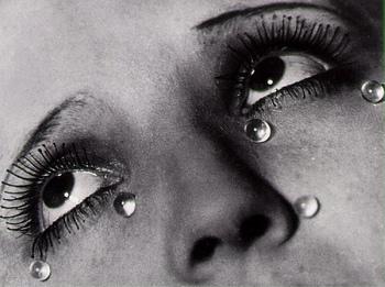 この「涙」という作品は、マン・レイ作品の中で最も高い評価を得た作品の一つ。女性が涙を流しているように見える作品ですが、これは悲しみを演出する芝居であり、この涙はガラスの玉。