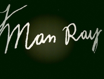 ファッションフォトの基礎を作り、現在では人気コスメアイテムとコラボしたりなど、時代を超えて私たちを魅了し続けます。そんなマン・レイの魅力をご紹介いたしました。ぜひ機会があれば、マン・レイの作品に触れてみてはいかがでしょうか?