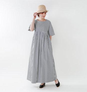 ストライプ柄がなんとも爽やかで夏らしいワンピースです。ナチュラルな帽子をあわせることで、大人可愛いスタイルに大変身。夏の旅行にも大活躍するコーデです。