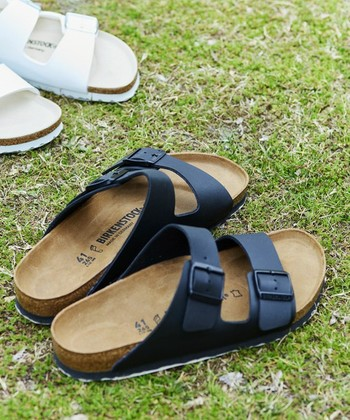 ビルケンシュトックと言うとこのモデルが思い浮かべる方が多いのでは?人気NO.1の「ARIZONA(アリゾナ)」は2本の太いベルトで足をしっかりホールドしてくれるので、履きやすく歩きやすいと世界中で愛されているサンダルです。