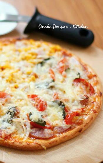 手軽に楽しめるピザ生地レシピ♪適度に捏ねるだけでOKなピザ生地なので、思い立った時に作れるのが嬉しいですね。トッピングを準備している間に醗酵も完了するので、忙しい主婦や、ママさんにもぴったり!
