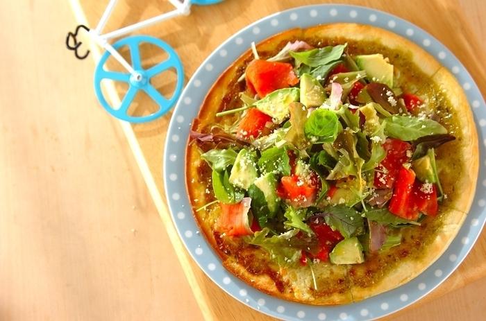 ベビーリーフ、アボカド、スモークサーモンをたっぷりととっぴんぐしたヘルシーなピザ。仕上げにオリーブオイル油を回しかけ、粉チーズを振ったら完成! 見た目にも色鮮やかで、おもてなしのシーンにもぴったりです。