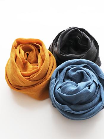 シンプルで天然素材の肌触りのいい「リネンストール」。程よい厚さとハリ感で、様々なスタイルのアクセントとして楽しむ事ができます。ふわりと軽いので、持ち運びやすいのも魅力の一つです。