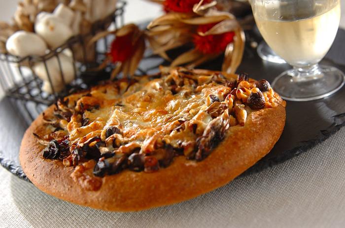 舞茸、しめじ、マッシュルーム、3種類のきのこを贅沢に使った食べ応えのあるお食事ピザ。きのこの香りと食感にクルミの香ばしさがプラスされ、やみつきになる美味しさに…。お酒にもぴったりな一枚、白ワインと一緒にいかがでしょう。