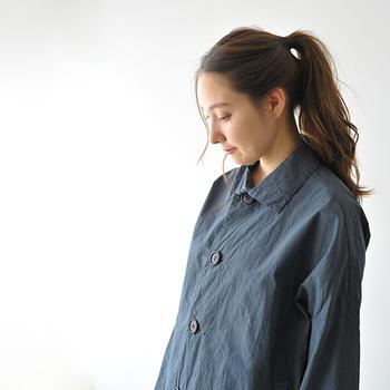 ちょっぴりメンズライクな大き目のコートは、トーンを抑えたカラーなのでどんなスタイルにも合わせやすい1着。素材は肌触りのいい薄手のコットンシルクを使用しているので、気温差の激しい5月にはぴったりのアイテムです。