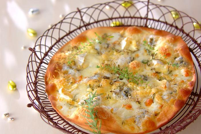 カマンベール、モッツアレラ、ブルーチーズ、ピザ用チーズ、4種類ものチーズを贅沢に使った白ワインに良く合うピザ。ローズマリー、タイム2種類のハーブを散らし、香り高く仕上げました。