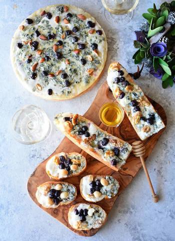 ブルーベリーとナッツ&チーズの組み合わせが、なんだか、お洒落なバルで頂くピザみたい!アーモンド、くるみ、マカダミアナッツと3種類のナッツを贅沢にトッピング!ちょっとお洒落なプレートに盛り付ければ、ホームパーティーやおうち飲みにもぴったりなピザですね。