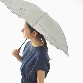 こちらは雨はもちろん、UVカットの加工が施してある晴雨兼用の「折り畳み傘」です。夏の暑い日差しの下でも、上品でエレガントな印象を演出してくれるアイテムです。