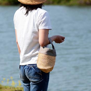 ラフィア椰子と、風合いのある天日干しリネンを合わせた小さめのバッグは、夏のちょっとしたお出かけにピッタリ。シンプルなスタイルでも、これ一つ持っているだけで旬感を添える事ができます。