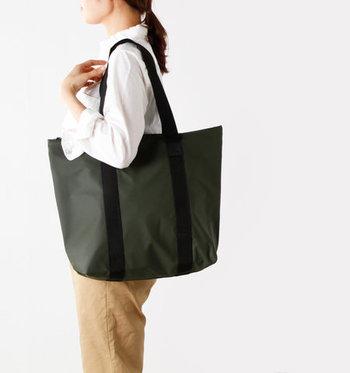 雨の日には、ファッションと同じくらい悩んでしまいがちなのが、バッグですよね。こちらは、雨の日でも安心な撥水加工のトートバッグ。デンマークのレインウェアブランドがお届けする、北欧らしい洗練されたデザインなので、外出の際の幅広いスタイルに合わせやすいのも魅力の一つです。