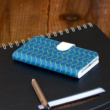 北欧デザイン好きの方におすすめのiPhoneケースがこちら。フィンランドの若手デザイナーグループが手がける北欧感たっぷりのパターンは全部で8種類。お母さんの好みに合わせて選んでみてください。