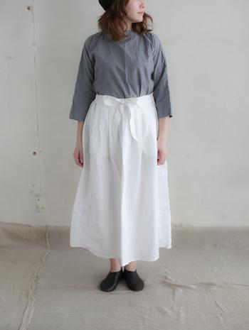 ウエスト部分で結ぶスタイルがとってもキュートなホワイトのリネンスカートにグレーのシャツを合わせたシンプルコーディネートは、ノーアクセで潔く。これからの季節に楽しみたい大人シックなスタイルです。