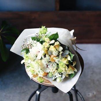 東京の代々木上原や中目黒に店を構える、花と緑の専門店「イクス」の母の日ブーケ。厳選されたカーネーションに季節の花を組み合わせて「イクス」らしい洗練されたデザインに仕上げられます。  花束を贈りたいけれど、普段とはちょっと違う特別感を演出したい。そんな方におすすすめです。