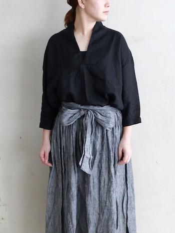 深く開いたVが首元からデコルテのラインを綺麗に見せてくれるスキッパーシャツ。リネン素材だからこそ、堅苦しくならずラフに着こなせるのが魅力的です。パンツもデニムもスカートもなんでも似合う素敵な一枚です。