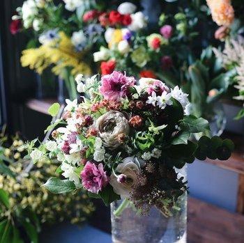 その時々で一番良い花をイクスのスタッフが厳選してくれますが、お母さんの雰囲気に合わせて配色を指定できます。配色の種類は、ナチュラルな「White × Green」、明るくキュートな「Vitamin」、落ち着いた雰囲気の「Chic」の3つ。あなたのお母さんはどのテイストが似合いそうですか?