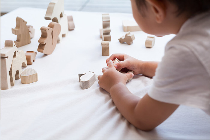 1974年、豊かな木々に囲まれた家具の特産地として知られる飛騨高山で創業した「Oak Village(オークヴィレッジ)」は、赤ちゃんのおもちゃの様な小さな木製品から、家具、そして建築まで、多岐に渡り多くの木製品を手掛けています。