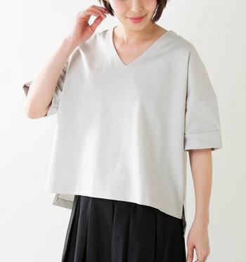 すっきりスリムなシルエットは女性なら誰でも憧れるもの。今年の春夏は「錯視」を使った着やせ効果のあるデザインの服にチャレンジしてみましょう。おすすめのアイテムをいくつかピックアップしてご紹介します。