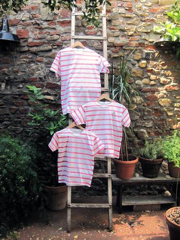 布染め用の染料を溶かし、筆で横にラインを引き手描きのボーダーTシャツに。縦のラインでストライプデザインにしても◎
