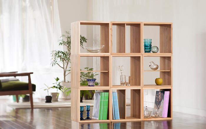 「KOBAKO」はシリーズで規格を合わせたユニット家具。 高い強度と、美しい木目が際立つ北海道産のニレ材を使用。木組みの部分には伝統工法を用い、強度と共にデザイン性も重視しています。また、仕上げに植物性の天然オイルで木肌本来の色の美しさを引き立てているので、木の持つ美しさ、ぬくもりを感じることが出来ます。 正方形でシンプルかつ無駄の無いデザインが特徴で、複数や種類別で組み合わせることも出来るので、スペースを有効利用したり、組み合わせを変えるだけで、新たに家具を買い変えること無く、違った雰囲気のインテリアを楽しむことが出来ます。