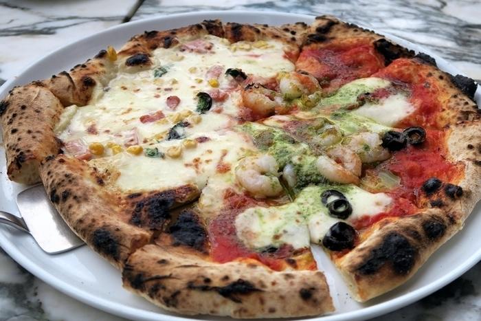 平日のランチタイムなら、焼きたてピザとサラダ・ドリンクがセットで1,000円とリーズナブル。パリパリ生地のピザにたっぷりのソースとチーズが絶品です。パスタランチもあるので、グループでシェアするのもおすすめですよ。