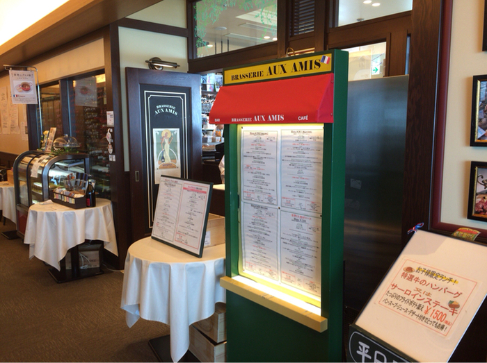 30階は高級レストランが多い印象ですが、その中でも「Brasserie AUX AMIS(ブラッスリーオザミ)」はカジュアルなお値段で本格的なお料理がいただけるとひそかに注目されています。赤と緑のビストロ風の外観を目印に探しましょう。