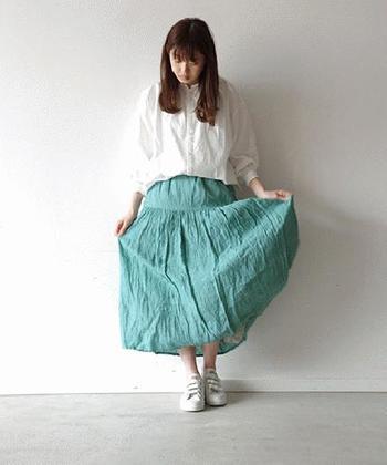 リネンの素材感を生かした鮮やかなグリーンのスカートは、白シャツとスニーカーで元気に着こなしたい♪